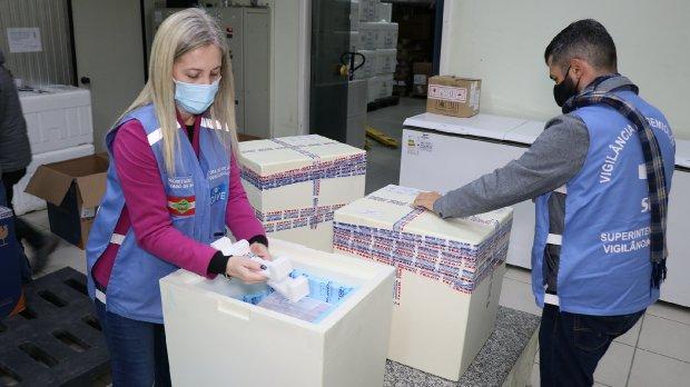 Novo lote com  379.460 mil doses de vacinas contra Covid-19 chega a Santa Catarina
