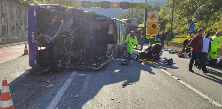 VÍDEO = Ônibus com time do Umuarama Futsal tomba, mata duas pessoas
