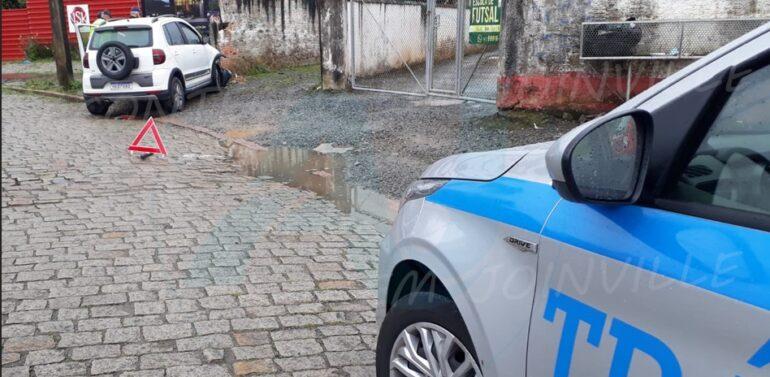 VÍDEO: Carro colide contra poste no Anita Garibaldi