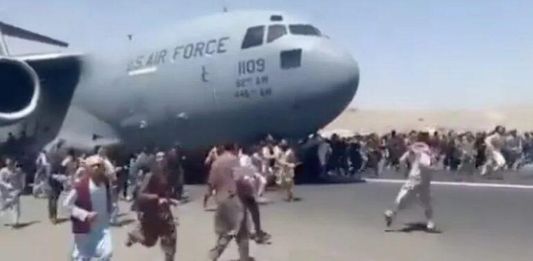 Boeing que resgatou multidão no Afeganistão deve pousar amanhã no Brasil