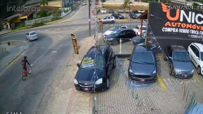 VÍDEO: Ciclista colide contra carro e fica gravemente ferido no Floresta