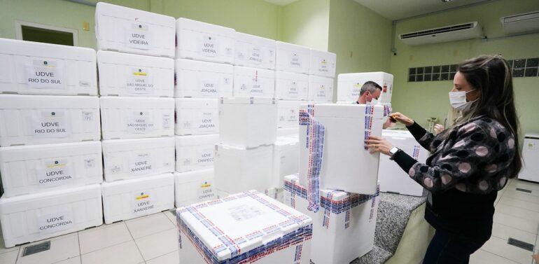 Semana começa com chegada e distribuição de novas doses contra a Covid-19