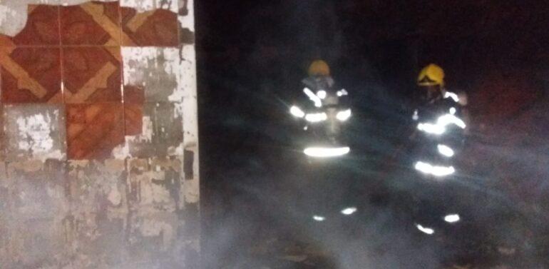 Casa fica destruída após incêndio em Barra Velha