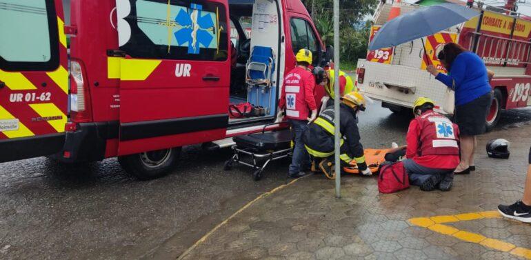 Motociclista fica ferida após colidir em carro no Petrópolis