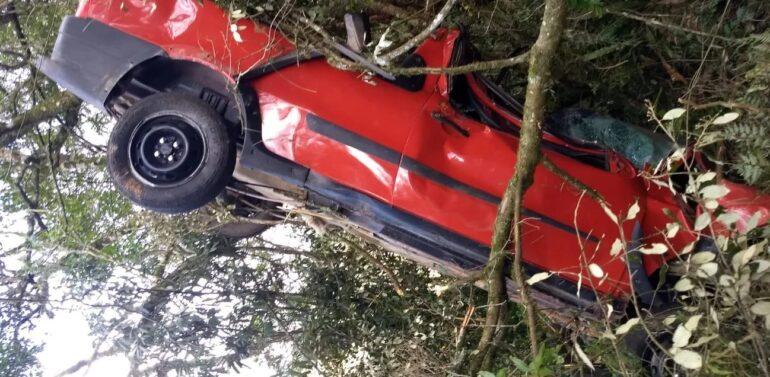 Veículo sai de pista, capota e motorista é socorrido 16 horas depois