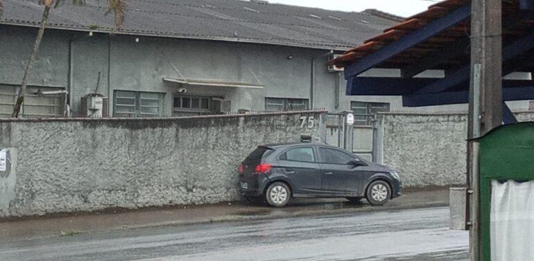 Carro estacionado perde freio desce rua movimentada da Zona Sul