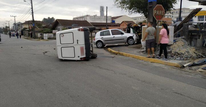 Carro tomba após colisão no Vila Nova
