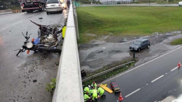 Motociclista colide em automóvel e cai na pista de rolamento da BR-101