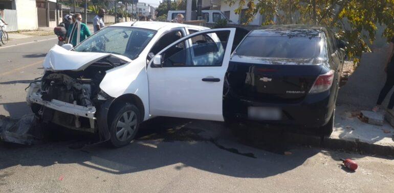 Motorista causa colisão entre dois carros e atinge muro de uma casa