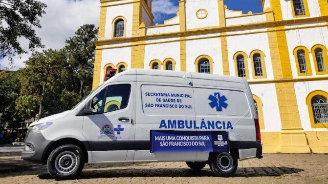Prefeito entrega nova ambulância para Secretaria de Saúde de São Francisco do Sul