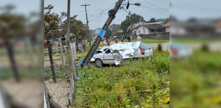 VÍDEO : Motorista morre após colidir contra poste em Barra do Sul