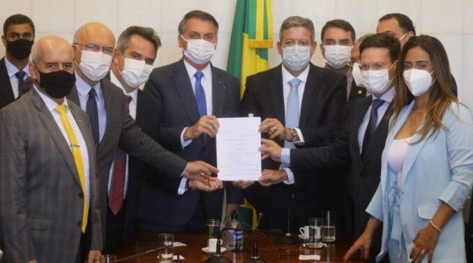 Bolsonaro entrega medida provisória que cria novo Bolsa Família