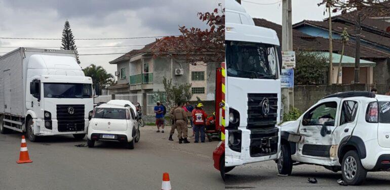 Motorista de carro fica ferido ao colidir contra caminhão no Ulysses Guimarães