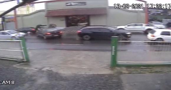 """Vídeo : Motociclista tem a """"frente fechada"""" e fica ferido após acidente no Itaum"""