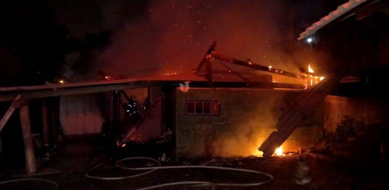 Incêndio destrói casa de madeira em Barra Velha