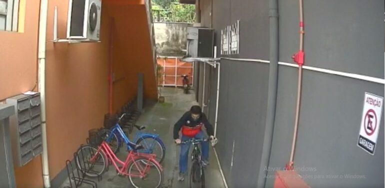 Câmera de segurança flagra furto de bicicleta no Aventureiro