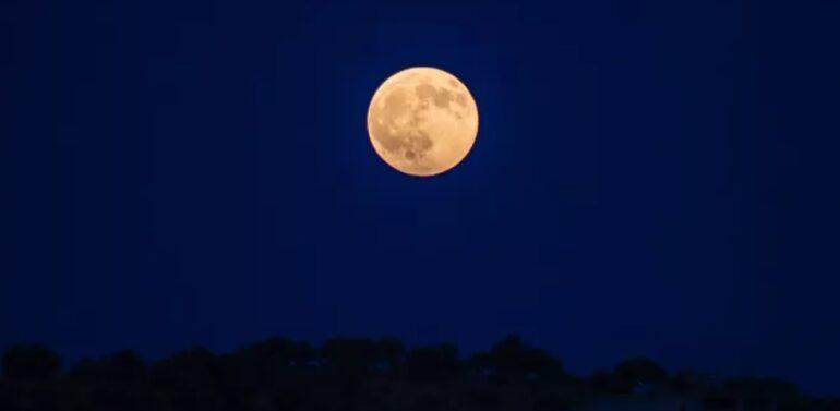 """""""Olhem a lua"""": conjunção da Lua, Júpiter e Saturno provoca espetáculo visual"""
