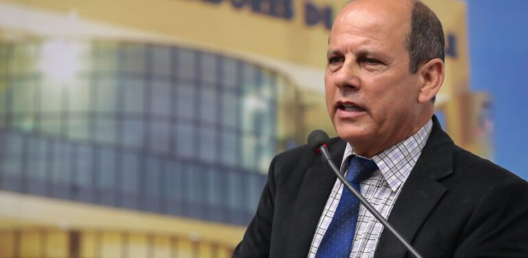 Mauricinho Soares assume com licença de Adilson Girardi