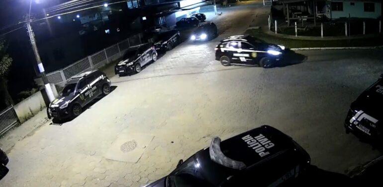 Polícia Civil realiza prisões durante investigação de homicídio em Balneário Barra do Sul