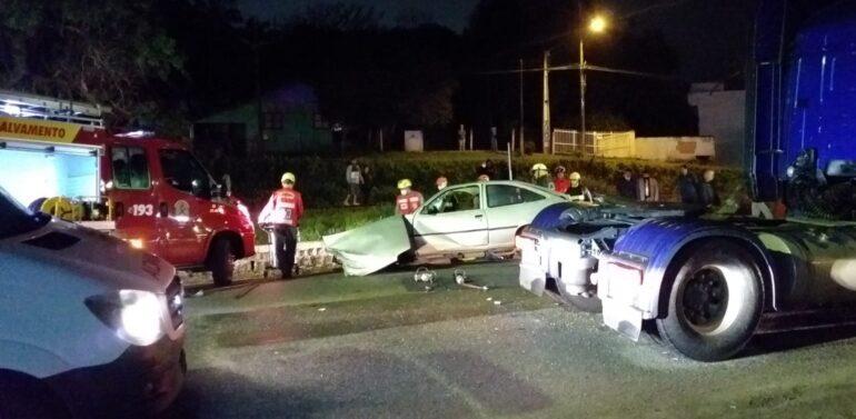 Motorista fica preso às ferragens após acidente entre veículo e caminhão
