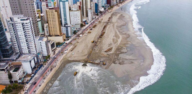 Recuperação da faixa de areia já avançou 350 metros em Balneário Camboriú