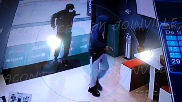 Câmeras de segurança registram assalto a loja de celulares no Iririú