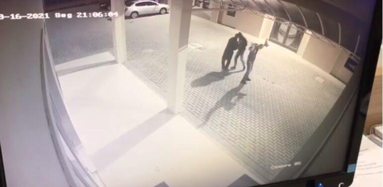 VÍDEO : Dupla rouba carro no pátio de Igreja no Petrópolis