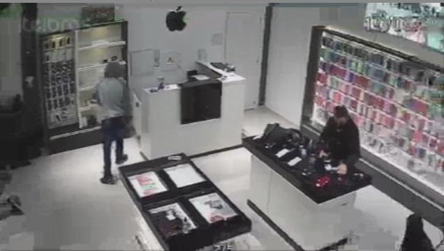 VÍDEO : Dupla rouba loja de celulares no Saguaçu