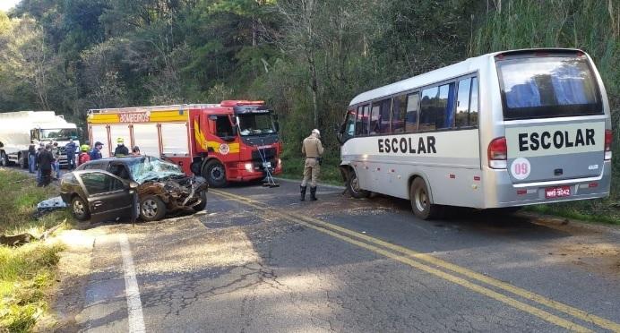 Grave acidente envolve ônibus escolar e veículo de passeio deixa oito pessoas feridas no Oeste