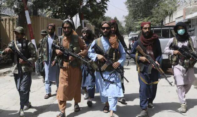 Caos no aeroporto de Cabul com afegãos seguindo as regras do Taliban