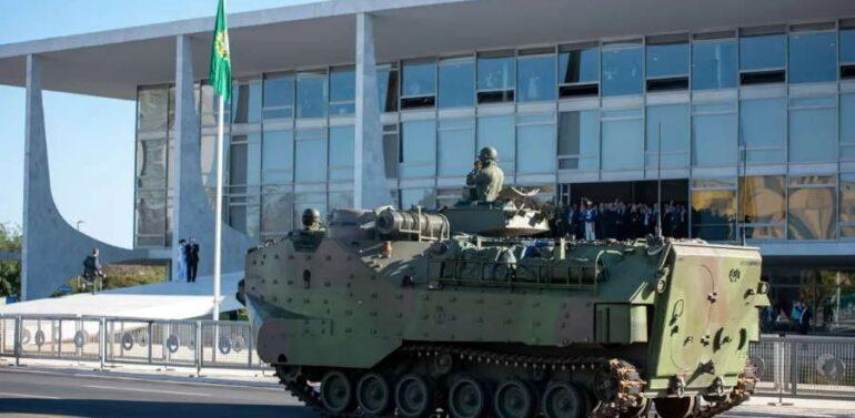 Marinha faz desfile com carros blindados na Esplanada dos Ministérios