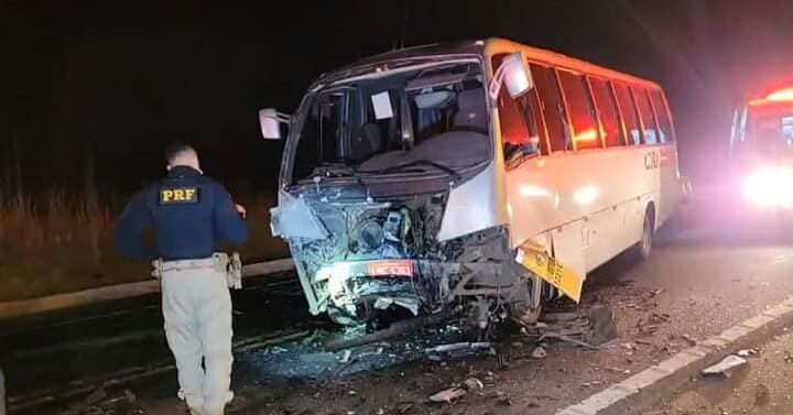 Três morrem em acidente entre caminhonete e micro-ônibus
