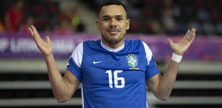 Brasil estreia na Copa do Mundo de futsal com dois gols de pivô do JEC
