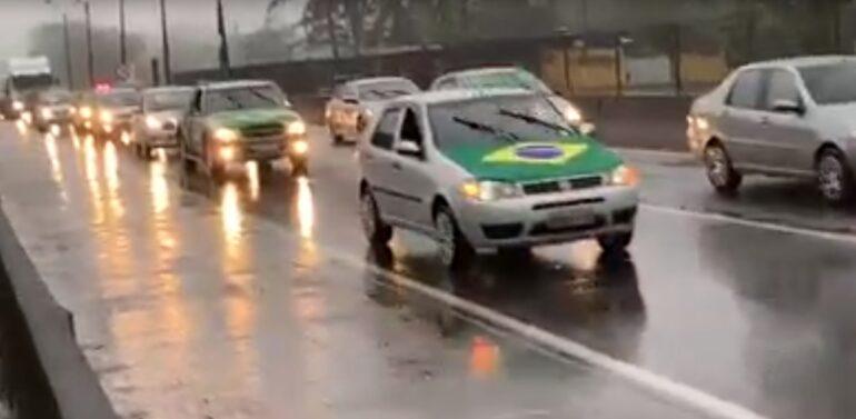 VÍDEO : Manifestantes bloqueiam BR-101 em Joinville e Garuva