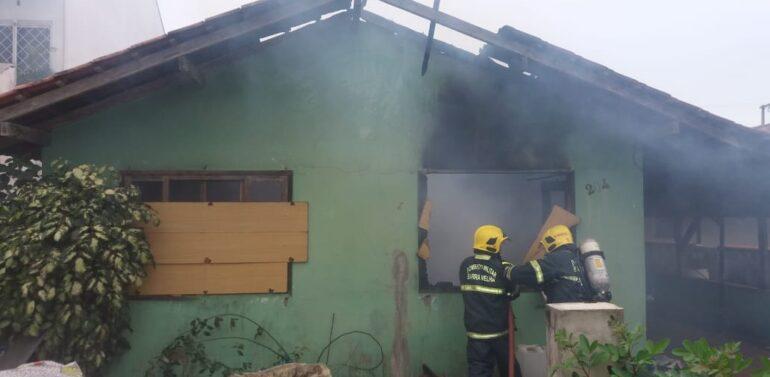 Casa  é consumida por incêndio em Barra Velha