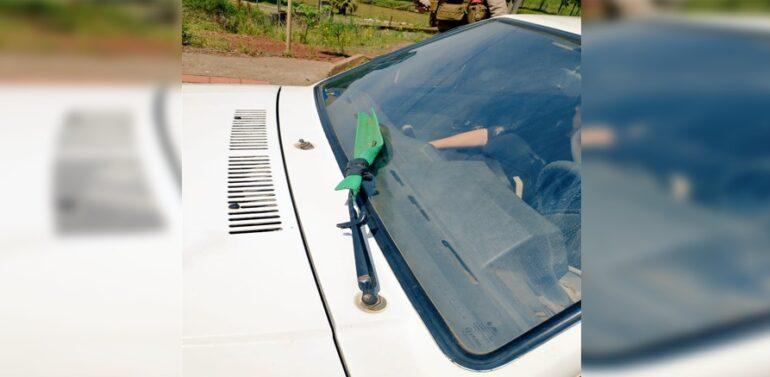 Carro com um rodo como limpador de para-brisa é flagrado em rodovia do Estado