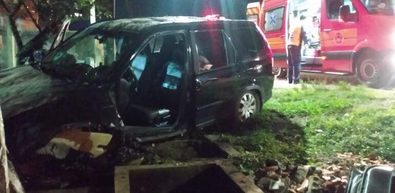 Motorista fica ferido após colidir carro contra muro na BR-280 em Araquari