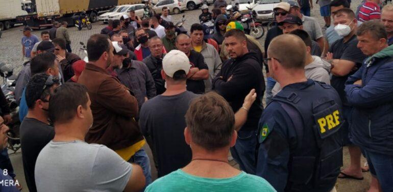 VÍDEO : PRF libera 33 pontos bloqueados por caminhoneiros
