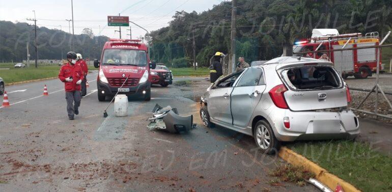VÍDEO : Motorista atravessa canteiro e capota na contramão no Eixo de Acesso Sul