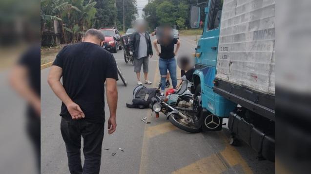 Motociclista fica ferido após colisão com caminhão no Floresta