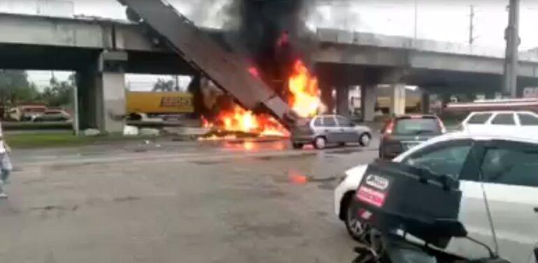VÍDEO: Caminhão cai de viaduto e pega fogo na BR-101