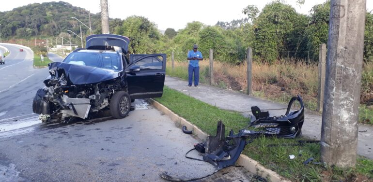 VÍDEO : Motorista perde controle do veículo e colide contra poste