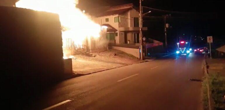 Incêndio de grandes proporções atinge fábrica e residência em São Bento do Sul
