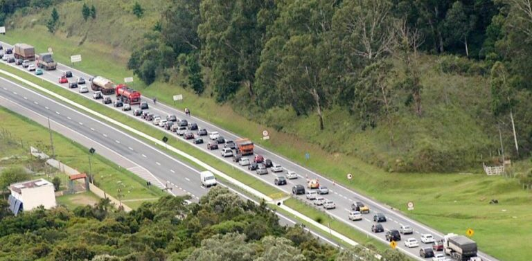 Manifestantes permanecem bloqueando a BR-101 em Joinville