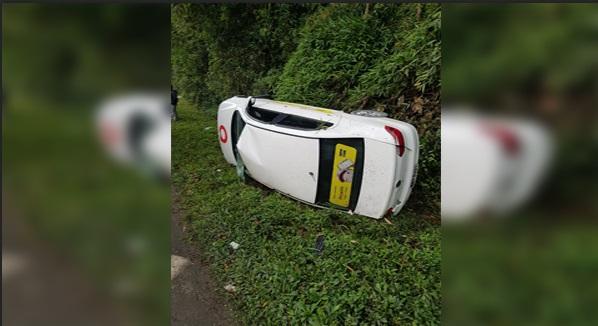 Carro capota e deixa três pessoas feridas em Pirabeiraba