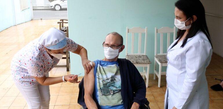 Joinville começa a aplicar dose de reforço contra Covid-19