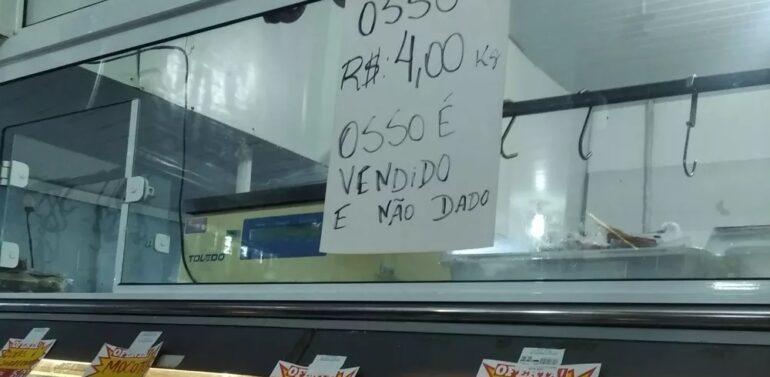 Osso é vendido, não dado: cartaz chama atenção em supermercado