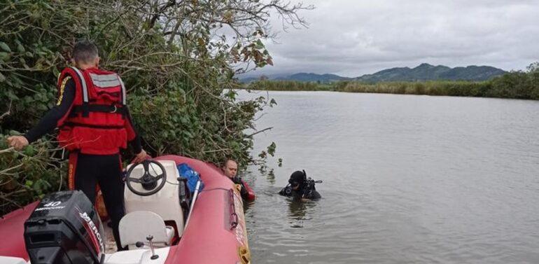 Canoa vira em SC, 3 caem na água e menino de 9 anos é o único sobrevivente