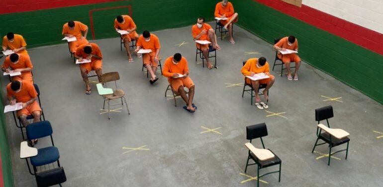 Mais de 200 detentos de Joinville realizam provas dos ensinos fundamental e médio