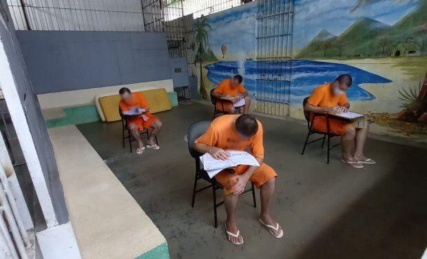 Cerca de 9 mil detentos fazem provas do Encceja